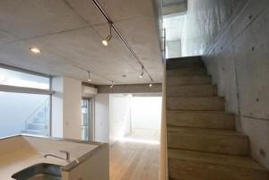 東新宿,広いドライエリアと大きなオープンキッチンのあるデザイナーズのメゾネット2LDKプラン【賃貸/SOHO可/オフィス可/ペット可】