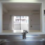 キッチン小窓からリビングを望む(キッチン)