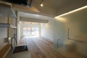 足場板のフローリングのあるカフェのようなワンルームリノベーション空間【賃貸/SOHO可/オフィス可/ペット可】
