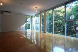 目黒の森と暮らすリゾート感溢れる専用テラス付きデザイン空間【賃貸/SOHO/ペット】