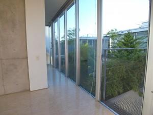 緑の中庭を挟む美しいガラスのユニット-回廊プラン【賃貸/SOHO可/ペット可】