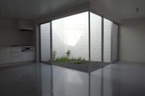 明大前,ブロックウォールで囲まれた専用庭を持つスペーシーなメゾネット空間【賃貸】
